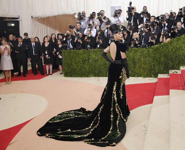 """Singer-songwriter Katy Perry arrives at the Metropolitan Museum of Art Costume Institute Gala (Met Gala) to celebrate the opening of """"Manus x Machina: Fashion in an Age of Technology"""" in the Manhattan borough of New York, May 2, 2016. (Photo by Eduardo Munoz/Reuters)"""