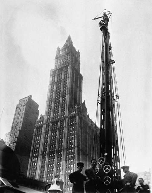 More and higher skyscrapers have made it necessary for the New York Fire Department to construct new fire towers to extinguish blazes originating many stories in the air. The new fire tower tested in City Hall Square, New York City on February 21, 1930 as it looks from an angle beside the Woolworth Building. (Photo by AP Photo)