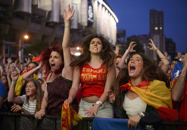 Spain fans react as they watch the FIFA World Cup 2014 football match between Spain and Chilli in Brazil, on a large screen in Madrid on June 18, 2014. (Photo by Dani Pozo/AFP Photo)