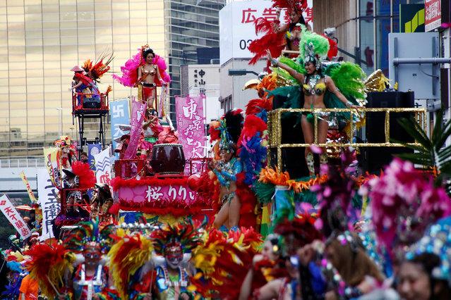 Samba dancers perform during the annual Asakusa Samba Carnival in Tokyo, Japan August 27, 2016. (Photo by Kim Kyung-Hoon/Reuters)