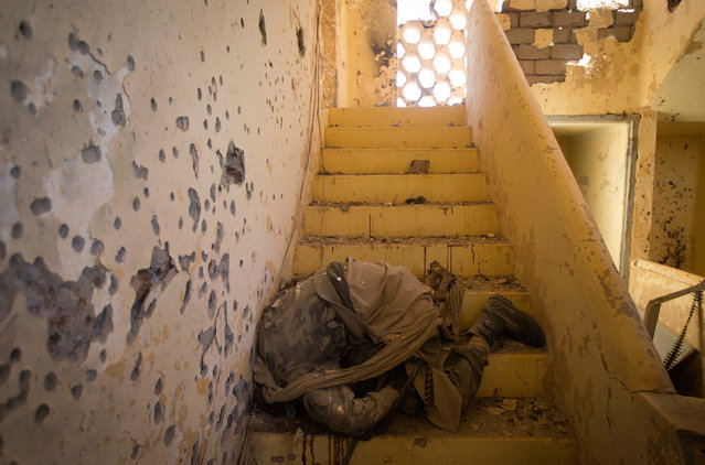 The body of an Islamist fighter, on a staircase in central Gao, following a gun battle on February 22, 2013. (Photo by Joel Saget/AFP Photo/The Atlantic)