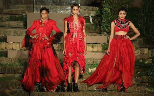 Models present creations by Indian designer Anamika Khanna during the grand finale of Lakme Fashion Week (LFW) Summer/Resort 2017 in Mumbai, India, 04 February 2018. (Photo by Divyakant Solanki/EPA/EFE)