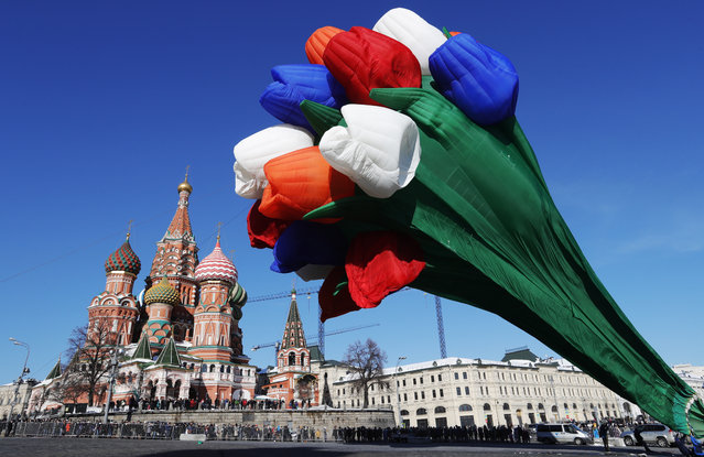 A hot air balloon in the shape of a tulip bouquet is being launched in Vasilyevsky Spusk Square near Moscow' s Kremlin to mark International Women' s Day on March 8, 2018. (Photo by Mikhail Japaridze/TASS)