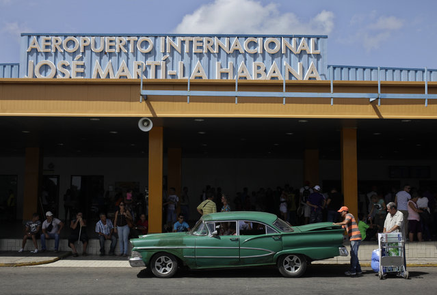 People load luggage from a Miami charter flight onto a car at Jose Marti International Airport in Havana August 30, 2014. (Photo by Enrique de la Osa/Reuters)