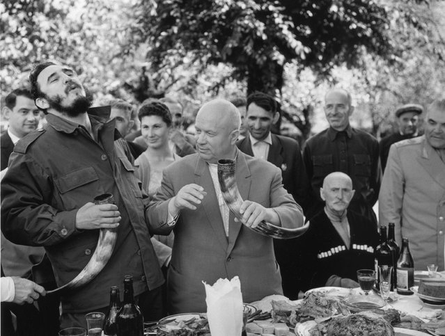Khrushchev and Castro have lunch at a kolkhoz in Georgia, 1963. Over 38 days, Cuba's Fidel Castro travelled all over the USSR – the only state leader to do so. It was widely publicised in the Soviet press, and this image of the two enjoying lunch was taken by Vasily Egorov. (Photo by Vasily Egorov/Lumiere Brothers Center for Photography)
