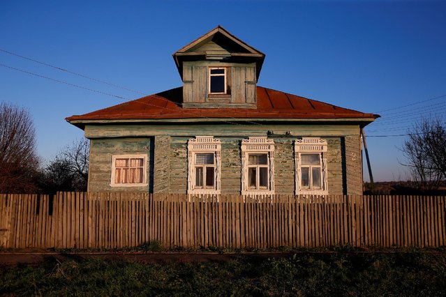 A view of the facade of a house in the village of Debolovskoye, Yaroslavl region, Russia, October 24, 2016. (Photo by Maxim Shemetov/Reuters)