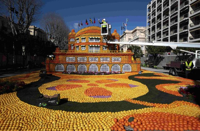 A worker puts the final touch to a sculpture made with lemons and oranges at the Lemon festival in Menton, France, February 10, 2016. (Photo by Eric Gaillard/Reuters)