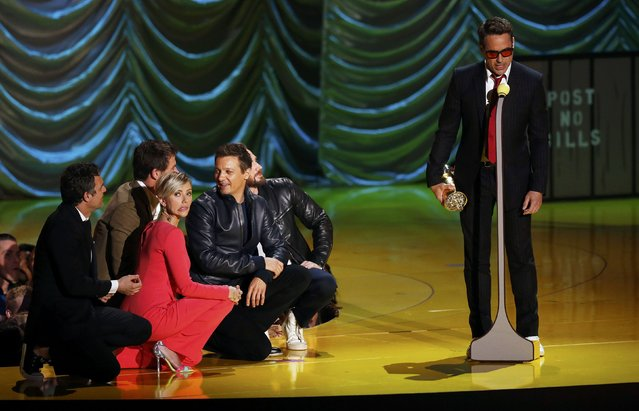Actor Robert Downey Jr. accepts the MTV Generation Award from his fellow Avengers cast members, Mark Ruffalo, Chris Hemsworth, Scarlett Johansson, Jeremy Renner and Chris Evans, during the 2015 MTV Movie Awards in Los Angeles, California April 12, 2015. (Photo by Mario Anzuoni/Reuters)