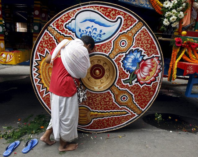 "A Hindu devotee seeks blessings from the ""Rath"", or the chariot of Lord Jagannath, during the annual Rath Yatra, or chariot procession, in Kolkata, India, July 18, 2015. (Photo by Rupak De Chowdhuri/Reuters)"