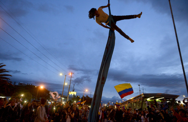 An artist performs during a demonstration against the government of Colombian President Ivan Duque during a national strike in Bogota on November 27, 2019. Protest leaders in Colombia called a new general strike for Wednesday after a meeting with President Ivan Duque made no progress towards ending deadly anti-government demonstrations now in their sixth consecutive day. (Photo by Raul Arboleda/AFP Photo)