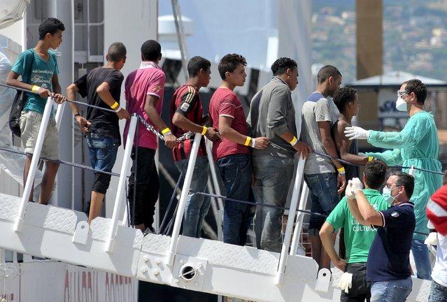 "Migrants disembark from Italian Coast Guard vessel ""Diciotti"" in the Sicilian harbour of Palermo, Italy, August 20, 2015. (Photo by Guglielmo Mangiapane/Reuters)"