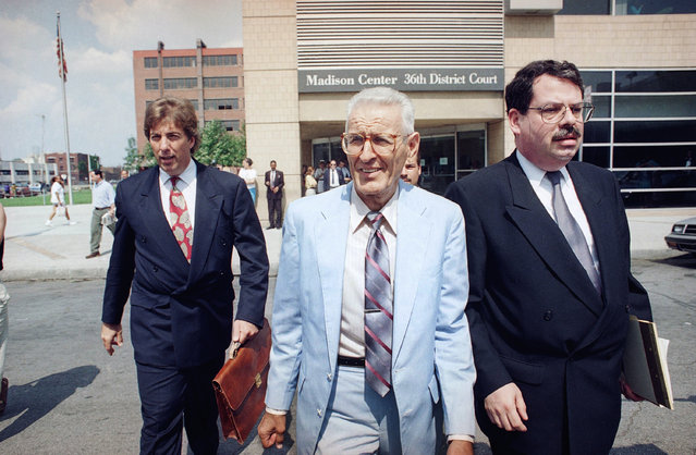 Dr. Jack Kevorkian, center, leaves the 36th District Court in Detroit, Friday, August 27, 1993 with his attorneys Geoffrey Fieger, left, and Michael Schwartz, right. Kevorkian attended a preliminary hearing on charges that he violated Michigan's ban on assisted suicide on August 4, 1993, when Thomas Hyde of Novi, Mich., committed suicide. The hearing was adjourned until September 9, 1993. (Photo by AP Photo)