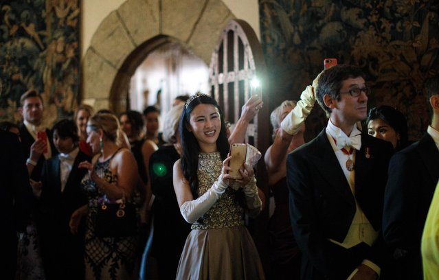 Guests take pictures and look on as debutantes arrive at Leeds Castle during the Queen Charlotte's Ball on September 9, 2017 in Maidstone, England. (Photo by Jack Taylor/Getty Images)