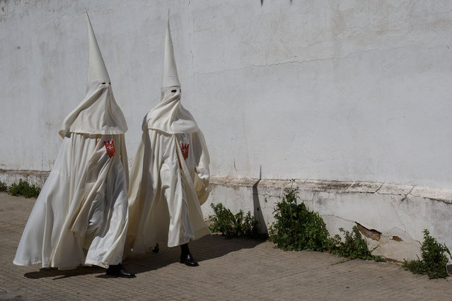 Penitents from 'La Merced' brotherhood walk to San Antonio de Padua Church to take part in a procession during Easter Monday on March 26, 2018 in Cordoba, Spain. Spain celebrates the holy week before Easter with processions in most Spanish towns and villages. (Photo by Pablo Blazquez Dominguez/Getty Images)
