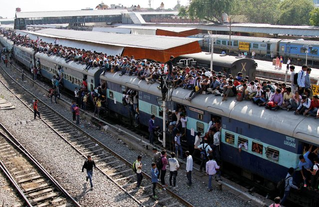Passengers board an overcrowded train at a railway station in Ajmer, India, October 23, 2016. (Photo by Himanshu Sharma/Reuters)