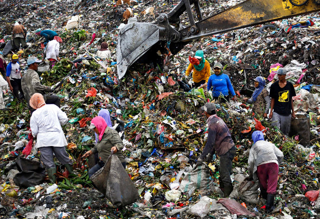 Indonesian scavengers collect recyclable materials at a dumpsite in Marelan, Medan, North Sumatra Province, Indonesia, 30 November 2015. (Photo by Dedi Sahputra/EPA)
