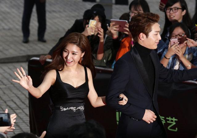 South Korea actors Kim So-eun and Seo Kang-joon walk on the red carpet during 2015 Mnet Asian Music Awards (MAMA) in Hong Kong, China, December 2, 2015. (Photo by Bobby Yip/Reuters)