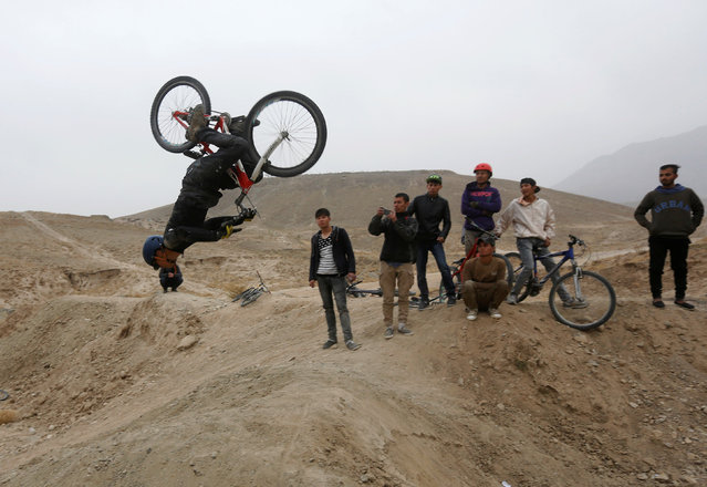 A young Afghan cyclist performs with a bicycle during an exercise on the outskirts of Kabul, Afghanistan November 20, 2016. (Photo by Omar Sobhani/Reuters)