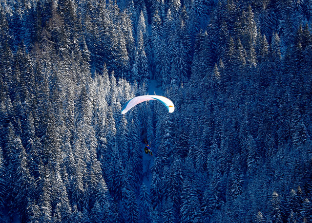 A paraglider is seen after heavy snowfall in Werfenweng, Austria on January 16, 2019. (Photo by Leonhard Foeger/Reuters)