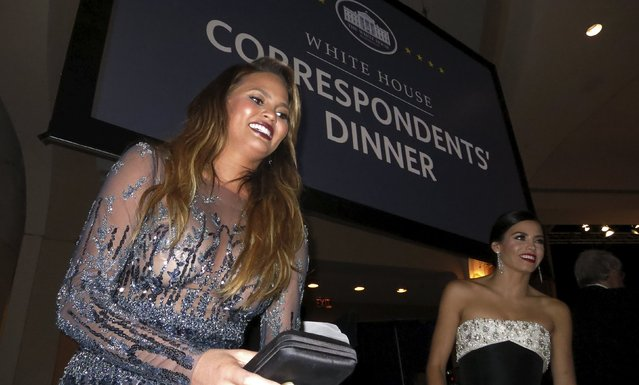 Supermodel Chrissy Teigen (L) and actress Jenna Dewan-Tatum (R) arrive at their table inside the 2015 White House Correspondents' Association Dinner in Washington April 25, 2015. (Photo by Jim Bourg/Reuters)