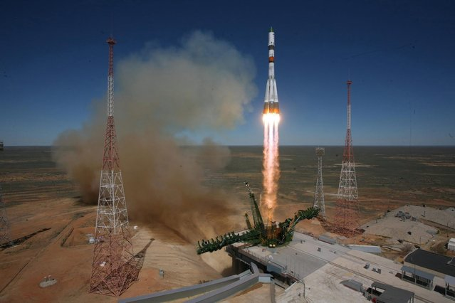 A handout picture dated 28 April 2015 and released by the press service of the Russian Federal Space Agency Roscosmos shows a Russian Soyuz-2.1a launch vehicle carrying Progress M-27M cargo ship lifting off from the Baikonur cosmodrome in Kazakhstan, 28 April 2015. The Progress M-27M carrying supplies and a copy of the Soviet flag which was hoisted on the Berlin Reichstag by Red Army soldiers in 1945, to the International Space Station had suffered a glitch, after a successful launch, Russian space officials said on 28 April. (Photo by EPA/Roscosmos)