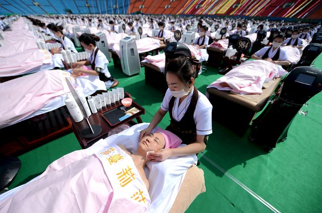 A group of 1000 customers receive a facial massage at a sports centre in Jinan, Shandong province, China, May 4, 2015. (Photo by Reuters/Stringer)
