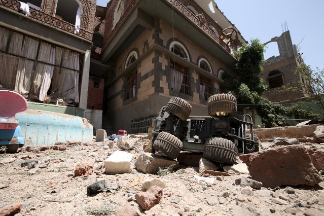 Toys are seen in the garden of a house next to the residence of Yemen's former President Ali Abdullah Saleh after airstrikes destroyed it in Sanaa May 10, 2015. (Photo by Mohamed al-Sayaghi/Reuters)