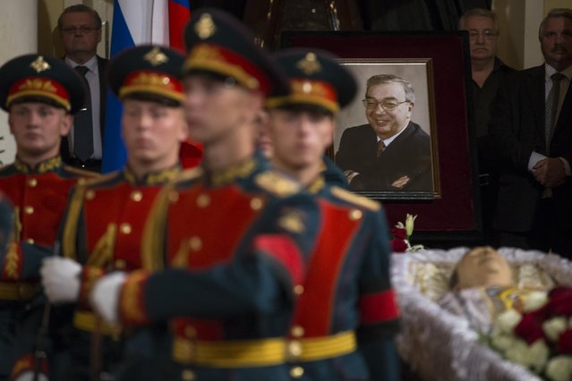 Honor guards change their shift during a civil funeral of former Russian Prime Minister Yevgeny Primakov, in Moscow's House of Unions, Russia, Monday, June 29, 2015. Primakov, a former prime minister who also served as Russia's top diplomat and foreign intelligence chief during a long and distinguished career died last week at 85. (Photo by Alexander Zemlianichenko/AP Photo)