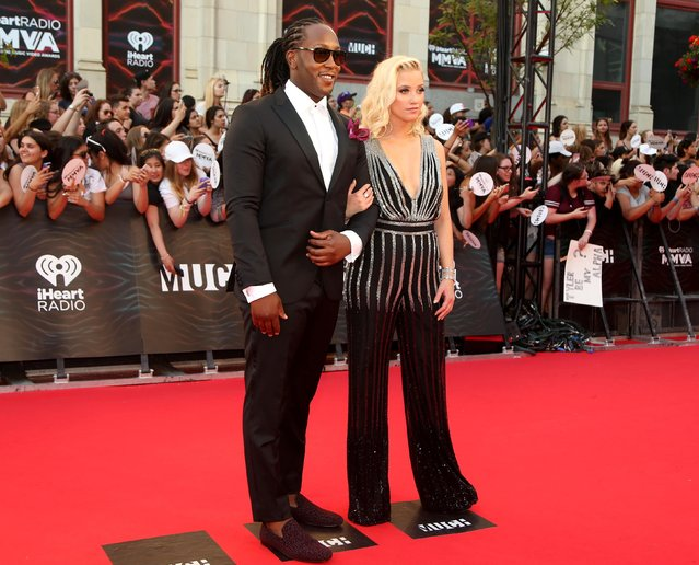ETALK reporter Liz Trinnear and Much and E! host Tyrone Edwards arrive for the iHeartRadio Much Music Video Awards (MMVAs) in Toronto, Ontario, Canada June 19, 2016. (Photo by Peter Power/Reuters)