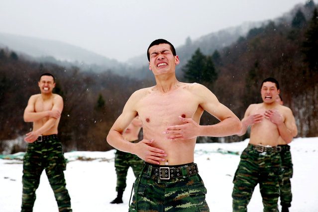 Paramilitary soldiers put snow onto their bodies in a temperature around negative 25 degrees Celsius (minus 13 degrees Fahrenheit) during a winter training session at a snowfield in Changchun, Jilin province, China November 28, 2017. (Photo by Reuters/China Stringer Network)