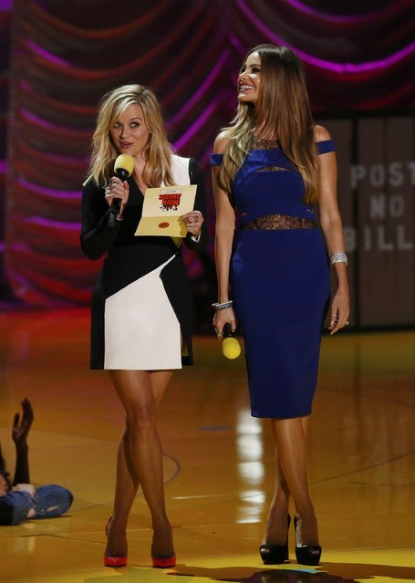 Actresses Reese Witherspoon (L) and Sofia Vergara present an award at the 2015 MTV Movie Awards in Los Angeles, California April 12, 2015. (Photo by Mario Anzuoni/Reuters)