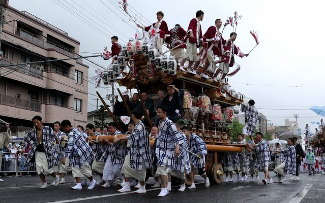 Local people pull a Danjiri along the street to celebrate the of start Japan's new imperial era Reiwa on May 01, 2019 in Kobe, Japan. About 45 Danjiri, large wooden carts in the shape of a shrine or temple, are carried by local people around the city to welcome the new era of Reiwa. (Photo by Buddhika Weerasinghe/Getty Images)