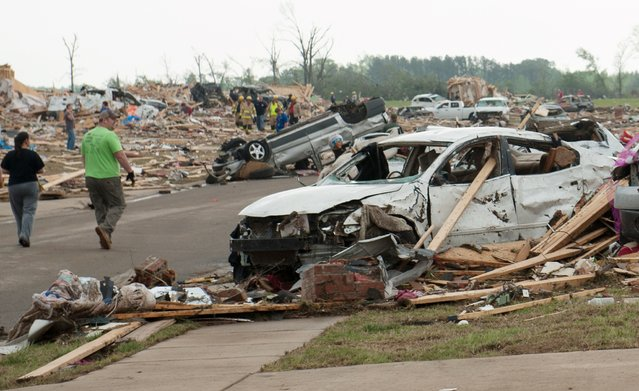 People search through the rubble of destroyed houses a day after a tornado hit the town of Vilonia, Arkansas April 28, 2014. (Photo by Angie Davis/Reuters)