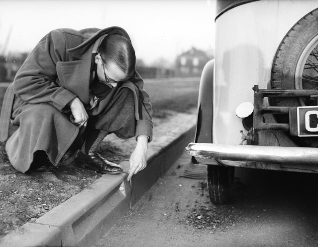 Small red and white reflectors fixed into the kerb along the Great West Road at Cranford for about 100 yards to guide motorists on dark or foggy nights. 14th March 1935.  (Photo by Arthur Tanner/Fox Photos)