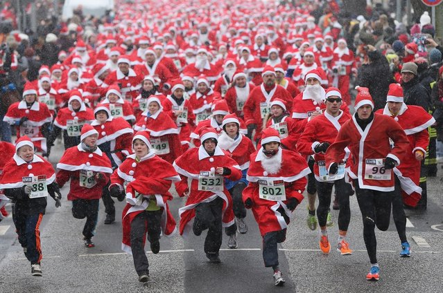 Participants dressed as Santa Claus take off in the 4th annual Michendorf Santa Run (Michendorfer Nikolauslauf) on December 9, 2012 in Michendorf, Germany. Over 800 people took part in this year's races that included children's and adults' races.  (Photo by Sean Gallup)
