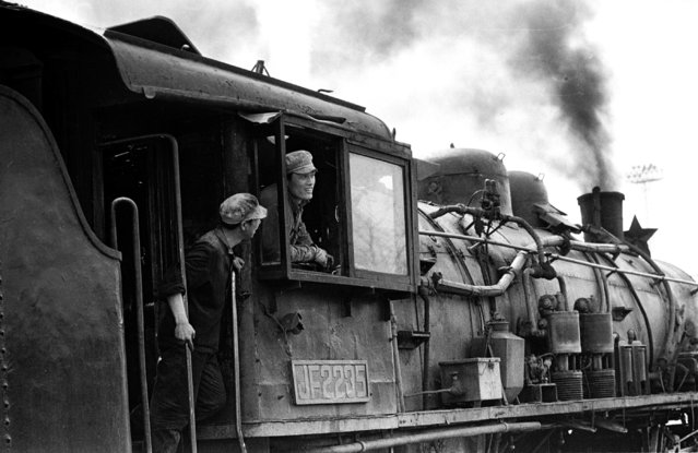 Drivers talk on a steam locomotive at the Yongdingmen railway station in Beijing in 1981. (Photo by Reuters/China Daily)