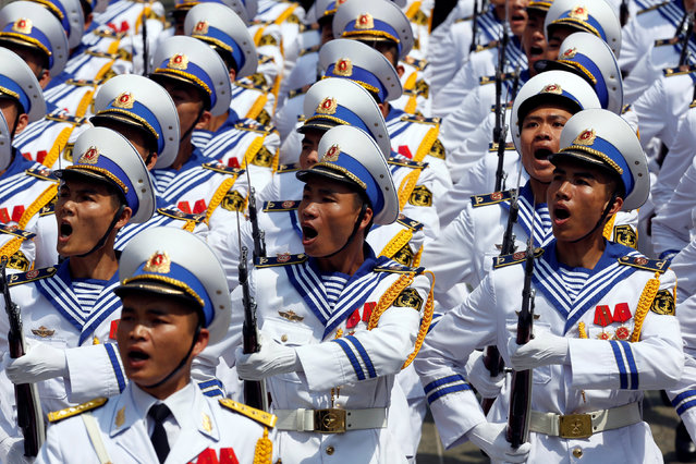 Vietnamese honour guards in Navy uniform march during a welcoming ceremony to Philippines President Rodrigo Duterte at the Presidential Palace in Hanoi, Vietnam September 29, 2016. (Photo by Reuters/Kham)