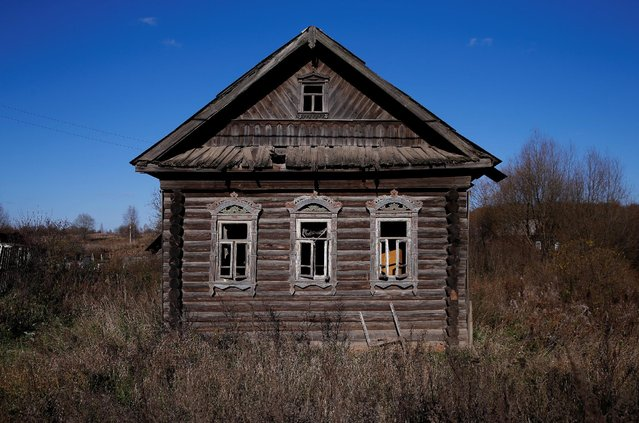 A view of the facade of an abandoned house in the village of Osurovo, Yaroslavl region, Russia, October 24, 2016. (Photo by Maxim Shemetov/Reuters)