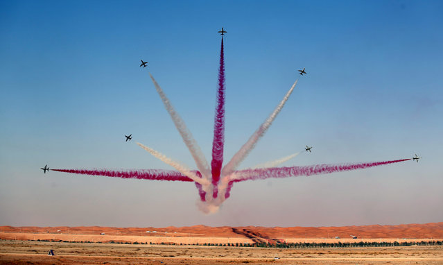 Members of Royal Saudi Hawks Air Force Aerobatic team perform with Hawk planes during the Al-Ain Air Championship at Al-Ain airport, United Arab Emirates on 17 December 2015. The event runs from 17 to 19 December 2015. (Photo by Ali Haider/EPA)
