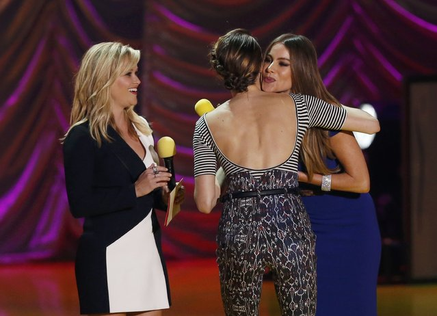 "Actresses Reese Witherspoon (L) and Sofia Vergara (R) present the award for Best Kiss to Shailene Woodley for ""The Fault in Our Stars"" at the 2015 MTV Movie Awards in Los Angeles, California April 12, 2015. (Photo by Mario Anzuoni/Reuters)"