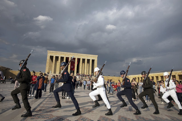 Soldiers march during a changing of guard ceremony as thousands of people visit the mausoleum of Mustafa Kemal Ataturk, the founder of modern Turkey, to pay respect on the day marking the 100th anniversary of the start of Turkey's War of Independence under the leadership of young Ottoman army general, Mustafa Kemal (Ataturk), 38, in Ankara, Turkey, Sunday, May 19, 2019. (Photo by Burhan Ozbilici/AP Photo)