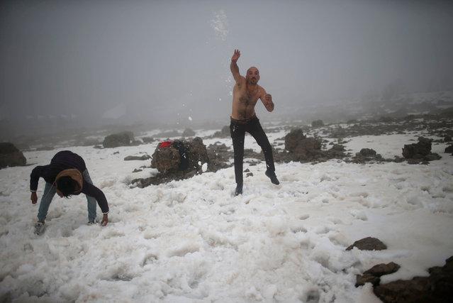 Iraqi tourists play with snow at Mount Korek, Iraq March 23, 2017. (Photo by Suhaib Salem/Reuters)