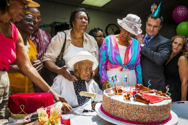 "Susannah Mushatt Jones (C), known as ""Miss Susie"" celebrates her 116th birthday with family members, local dignitaries, and friends in the Brooklyn borough of New York, July 7, 2015. Jones, who has become the world's oldest living person, is the daughter of sharecroppers and granddaughter of slaves. Her 116th birthday was officially on Monday but celebrated today in New York. (Photo by Lucas Jackson/Reuters)"