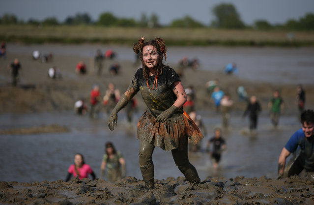 Participants arrive at the finish line during the annual Maldon Mud Race in Maldon, east England on May 7, 2017. (Photo by Daniel Leal-Olivas/AFP Photo)