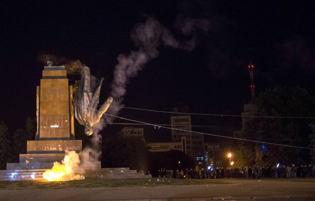 Activists dismantle Ukraine's biggest monument to Lenin at a pro-Ukrainian rally in the central square of the eastern city of Kharkiv, Ukraine, Sunday, September 28, 2014. (Photo by Igor Chekachkov/AP Photo)