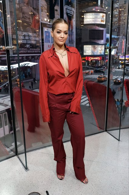 "Rita Ora visits ""Extra"" at their New York studios at H&M in Times Square on December 7, 2016 in New York City. (Photo by D Dipasupil/Getty Images for Extra)"