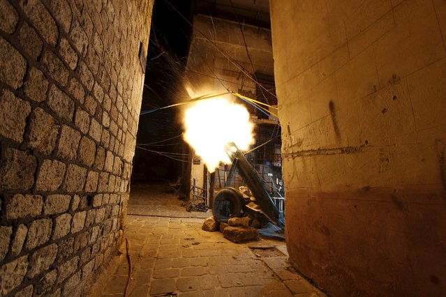 Rebel fighters fire a locally made weapon towards forces loyal to Syria's president Bashar Al-Assad in Aleppo April 11, 2015. (Photo by Rami Zayat/Reuters)