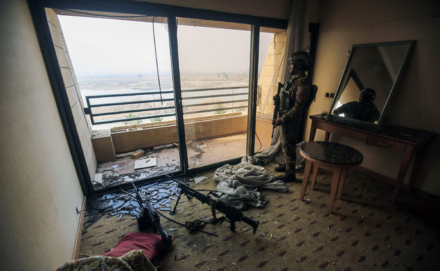 A member of the Iraqi forces stands guard inside a room in the Oberoi hotel in the city of Mosul after its liberation from the control of the Islamic State group (IS), during the ongoing military operation against the jihadists, on January 21, 2017 Iraqi forces battled the last holdout jihadists in east Mosul after commanders declared victory there and quickly set their sights on the city' s west, where more tough fighting awaits. (Photo by Ahmad Al-Rubaye/AFP Photo)