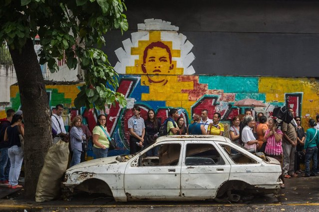A group of people participates in the validation of signatures for the recall referendum against Venezuelan President Nicolas Maduro, in Caracas, Venezuela, 23 June 2016. (Photo by Miguel Gutierrez/EPA)