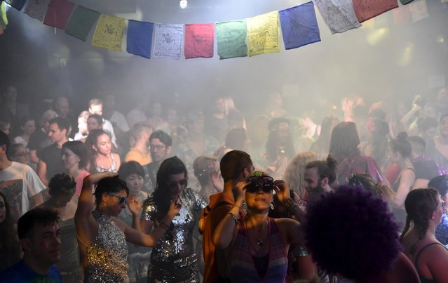 """Club-goers dance at """"Morning Gloryville"""" at the Ministry of Sound in south London August 11, 2015. (Photo by Toby Melville/Reuters)"""